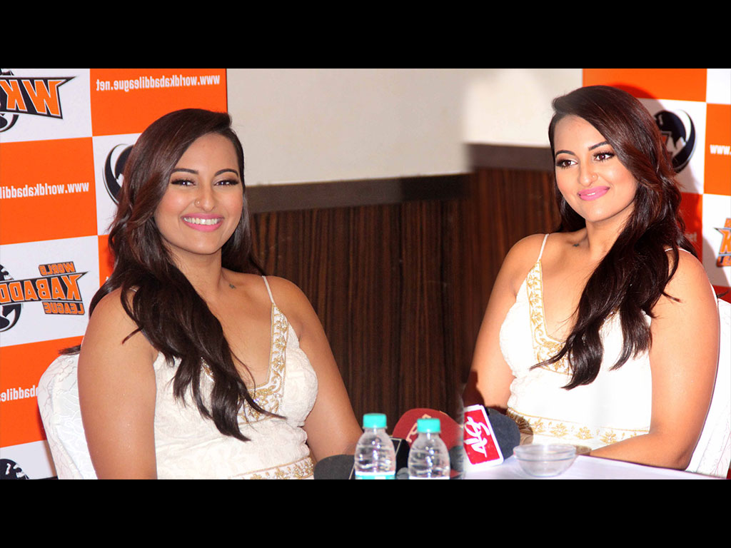 Sonakshi Sinha Walks at IIJW 2014